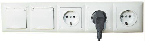 Выключатели и розетки, соединенные с помощью рамки в один блок