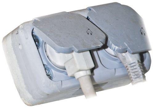 Накладная розетка с крышкой для защиты от брызг — такие устанавливают в ванных комнатах