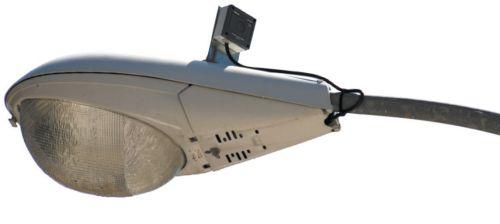 Уличный светильник, оснащенный автоматическим выключателем с фотоэлементом
