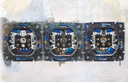 Группа из 3 розеток: колодки прикреплены к установочным коробкам, осталось лишь накрыть их пластиковыми крышками