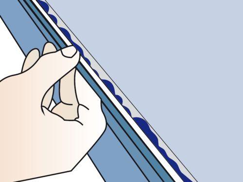Шаг третий: нужно приставить короб к месту крепления и присадить, чтобы липкое вещество попало на стену, после этого снять кабель-канал, подождать несколько минут, пока клей не загустеет, и потом крепить окончательно