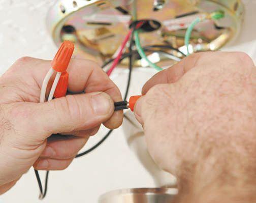 Соединение проводов в чаше потолочного светильника при помощи скруток- колпачков