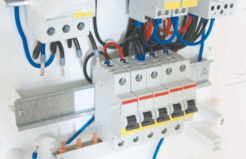 Контакты автоматических выключателей соединены однофазной шиной-гребенкой