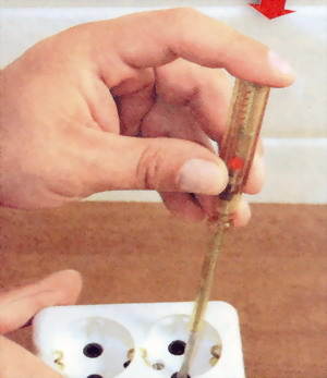 Для проверки напряжения нажмите пальцем на контактную головку индикатора