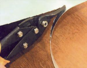 Металлические полоски нарезают с помощью ножниц