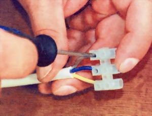 Обязательно проверить надежность крепления провода