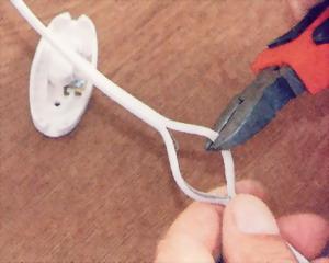 Одну из жил провода следует перерезать