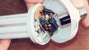 Электрическая схема в нижней части лампы находится