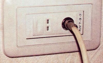 Антенный провод, подключенный к розетке