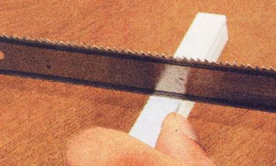 Отрезание кабель-канала ножовкой по металлу