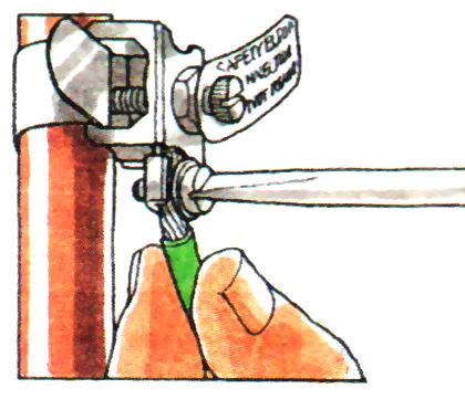 Закрепите на трубе зажим заземления